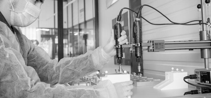 Assemblage de précision pour dispositif médical ensalle blanche
