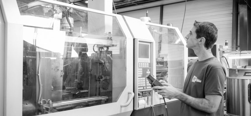 Meridies : Chef d'atelier en cours de réglage de presse à injecter